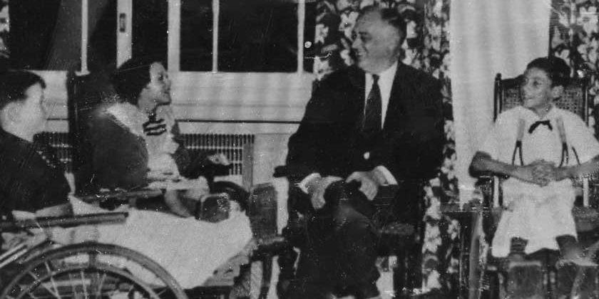 Poliopatient: Franklin D. Roosevelt besøger unge Polio patienter.